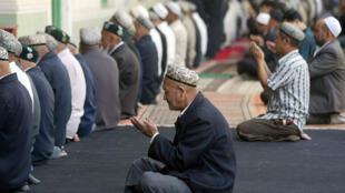 Ouïgours musulmans en prière à la mosquée Idkah à Kashgar, dans la province du Xinjiang au nord-ouest de la Chine.