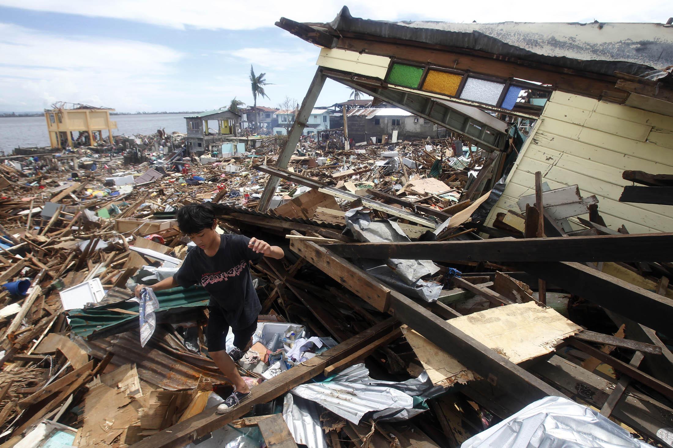 Thành phố Tacloban sau trận bão Haiyan - REUTERS /R. Ranoco