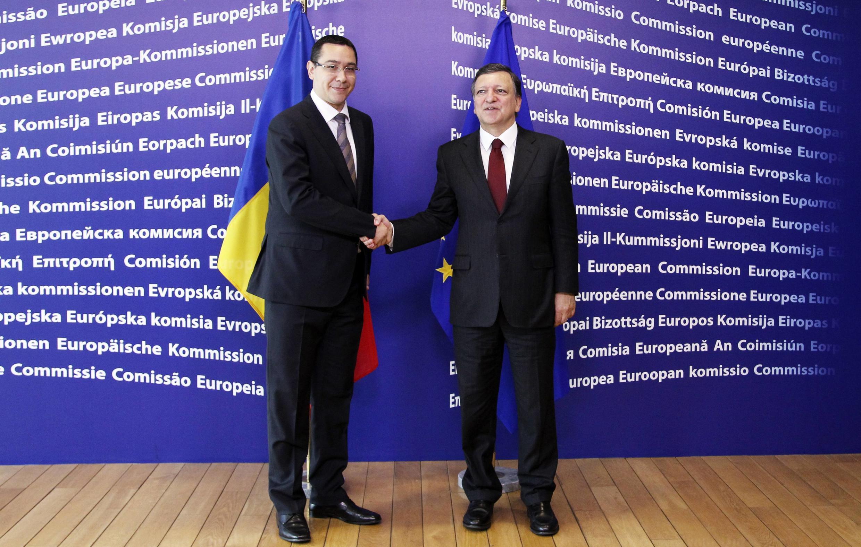 Thủ tướng Rumani Victor Ponta (trái) và Chủ tịch Nghị viện châu ÂU Martin Schulz (phải) trong cuộc họp báo chung tại Bruxelles ngày 11/07/2012.