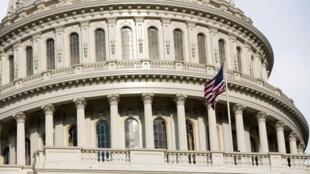 A Câmara dos Deputados americana aprovou na segunda-feira, 01/08/2011, o projeto para elevar o teto da dívida.