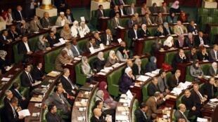 Les parlementaires tunisiens ont élaboré la première mouture d'une « mini constitution », le 10 décembre 2011.