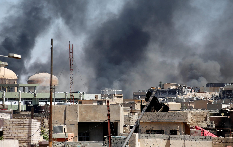 Khói đen bốc lên từ phía tây Mossoul, ngày 15/06/2017.