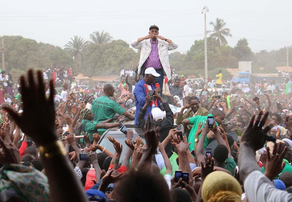 Le leader de l'opposition guinéenne, Cellou Dalein Diallo (au centre) peut lui compter sur les partisans pour le financement de son parti l'UFDG qui compte plus d'un million d'électeurs.