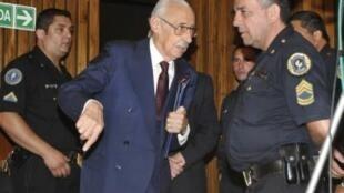Nhà cựu độc tài Jorge Rafael Videla (giữa) được đưa ra khỏi tòa án sau khi nghe tuyên án, ngày 22/12/2010.