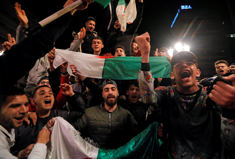 Argelinos celebran el anuncio del presidente Buteflika de renunciar a un quinto mandato.