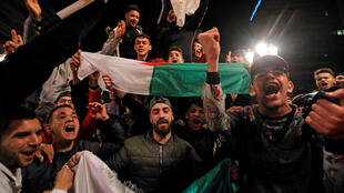 Des Algériens fêtent l'annonce de la non candidature du président Bouteflika à un 5e mandat dans les rues d'Alger, le 11 mars 2019.