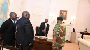 Robert Mugabe rencontre le général Constantino Chiwenga en compagnie de Fidelis Mukonori (2e en partant de la gauche) et du ministre de la Justice Happyton Bonyongwe à Harare le 19 novembre 2017.