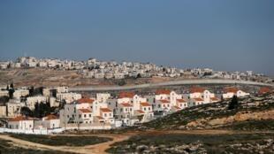 Assentamento israelense de Pisgat Zeev, em frente à cidade palestina de Al-Ram, na Cisjordânia.