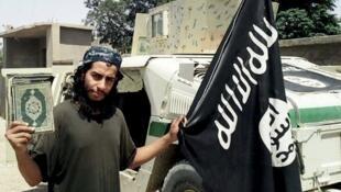 Hoton mayakin jihadi marigayi Abdelhamid Abaaoud  rike da kur'ani da kuma tutar musulunci