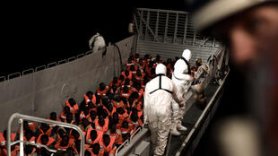 Les migrants sont sauvés par les équipes de l'Auquarius, le bateau de recherche et de sauvetage de SOS Méditerrannée et Médecins sans frontières, le 10 juin 2018.