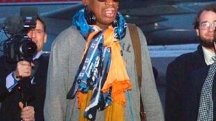 Cựu ngôi sao bóng rỗ Mỹ Dennis Rodman (G) tại sân bay Bình Nhưỡng, Bắc Triều Tiên, 19/12/2013