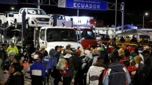 Des Vénézuéliens bloquent le pont qui sépare l'Équateur de la Colombie, après les restrictions migratoires décidées en août par Quito, à Tulcan, le 26 août 2019.