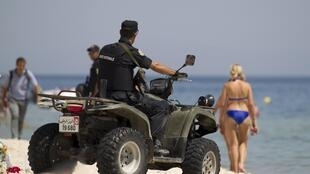 Cảnh sát Tunisia tuần tra trên một bãi biển của nước này sau vụ khủng bố tại Sousse ngày 26/06/2015.
