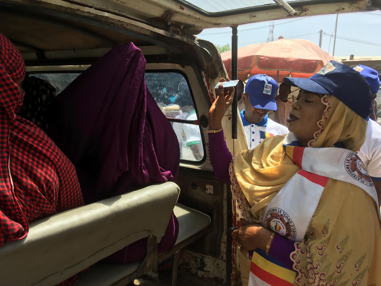 Au Tchad, opération de sensibilisation dans les marchés pour convaincre les gens d'aller voter.