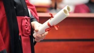 Uma cerimônia de entrega de diplomas na Universidade Pierre e Marie Curie, em Paris.