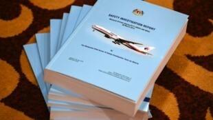 Nakala za ripoti ya uchunguzi kuhusu kutoweka kwa ndege ya Malaysia Airlines (MH370) mnamo mwaka 2014 huko Putrajaya, Malaysia, Julai 30, 2018.