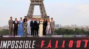 """Siêu sao Tom Cruise cùng với đoàn làm phim """"Điệp vụ bất khả thi: Sụp đổ"""" tại tháp Eiffel trong buổi chiếu ra mắt bộ phim ngày 12/07/2018."""