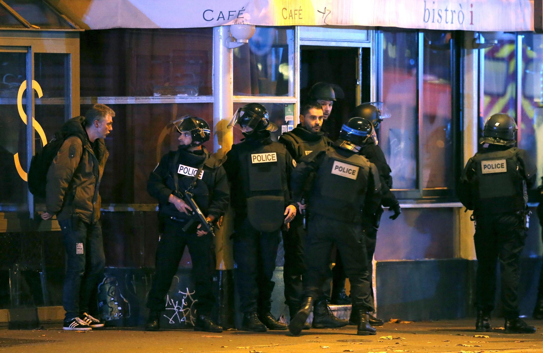 Полицейские возле зала «Батаклан» в Париже 13 ноября 2015