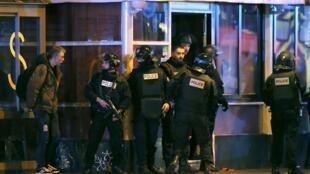 Policiais na frente da casa de shows Bataclan