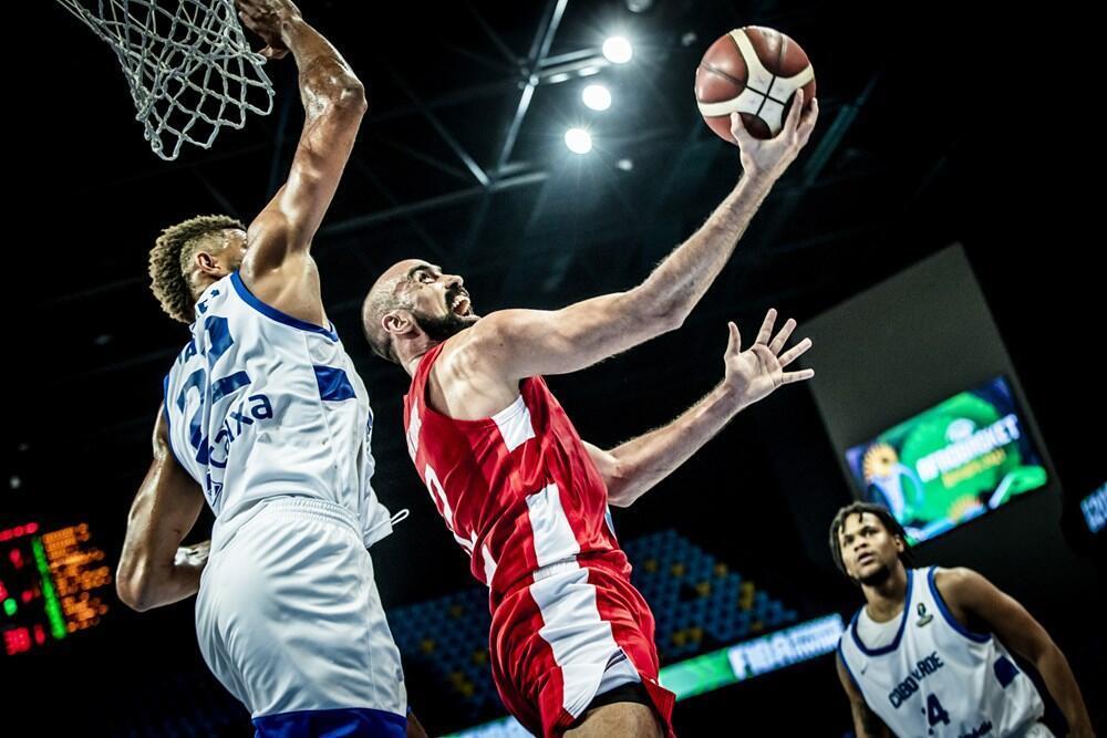Le Tunisien Makram Ben Romdhane tentant d'échapper au contre du Cap-Verdien Walter Tavares, en demi-finale de l'Afrobasket 2021.