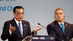 Les Premiers ministres chinois Li Keqiang (g) et hongrois Viktor Orban lors de leur discours au Forum sur l'économie et le commerce à Budapest, le 27 novembre 2017.