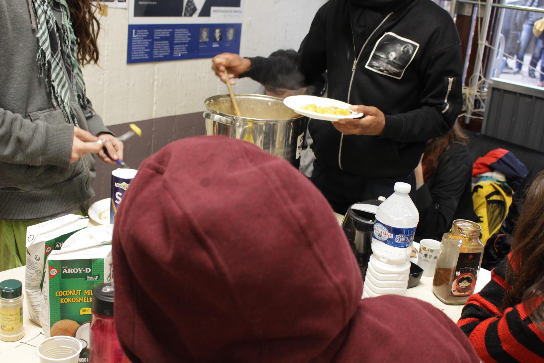 Estudantes se alimentam em Universidade ocupada