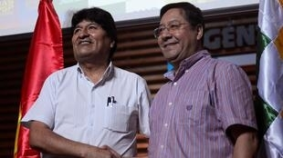 Luis Arce (d), ao lado de Evo Morales, que ele representará na corrida eleitoral boliviana.