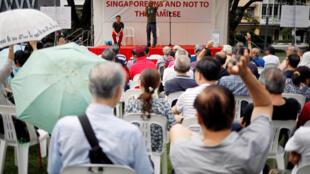 图为新加坡民众罕见集会示威标语写着新加坡不是李家的字样