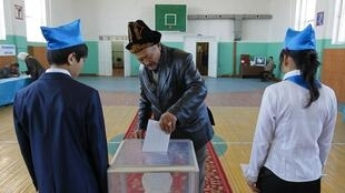 Des étudiants remplissent le rôle d'assesseurs dans un bureau de vote dans la région du cosmodrome de Baïkonour, le 3 avril 2011.