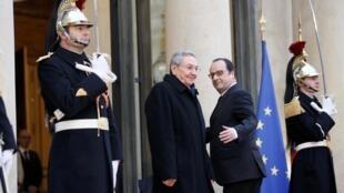 François Hollande accueille son homologue cubain Raul Castro, sur le perron de l'Élysée, le 1er février 2016.