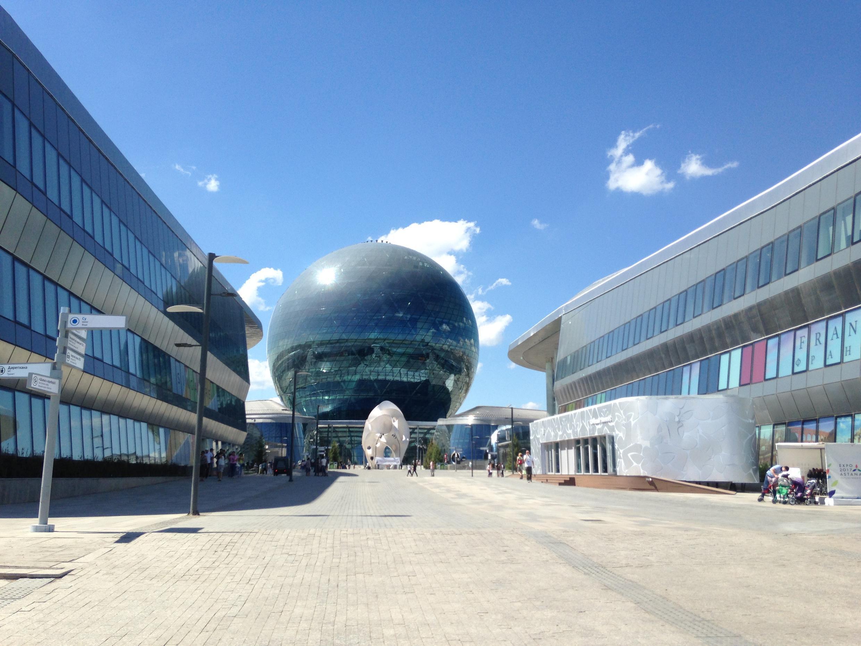 Pabellón de Kazajistán, al fondo.