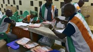 Des agents électoraux procèdent au dépouillement dans un bureau de vote de Bouaké, le 13 octobre 2018.