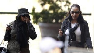 Zenani Mandela, fille de Nelson Mandela, accompagnée de l'une des petittes-filles de l'ancien président sud-africain, arrivant à l'hôpital de Pretoria.
