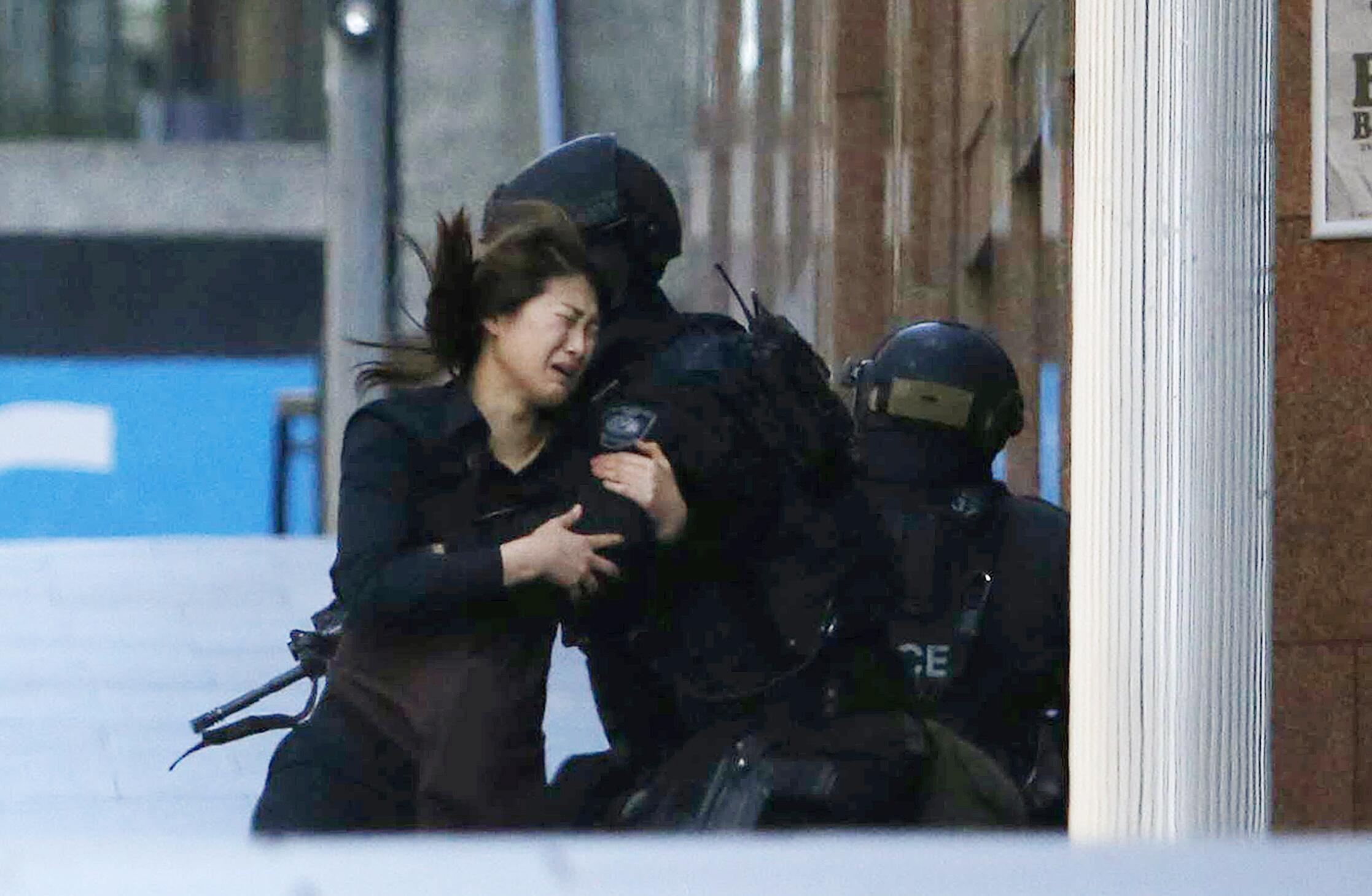 Alguns reféns conseguiram escapar e correram em direção aos policiais após deixarem o café onde acontece o sequestro.