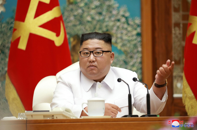 کیم یونگ اون، رهبر کرۀ شمالی، در شناسائی نخستین مورد بیماری کووید 19 در این کشور، یک جلسۀ اضطراری با مسئولان دولتی تشکیل داد.