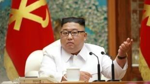 Le leader nord-coréen Kim Jong-un lors d'une réunion d'urgence du bureau politique du comité central du parti, transmise le 25 juillet par l'agence KCNA.