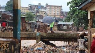 Dans le bidonville de Kroo Bay, à Freetown, régulièrement touché par les inondations pendant la saison des pluies (image d'illustration).