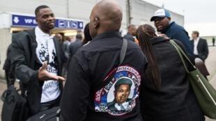 Les fidèles d'Étienne Tshisekedi attendent devant la base aérienne de Melsbroek d'où a décollé l'avion transportant le corps du leader congolais décédé.