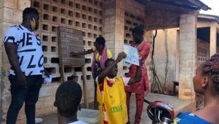 Opération de dépouillement dans un bureau de vote à Abomey Calavi pour les élections communicales du 17 mai 2020.