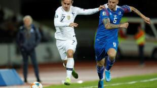 Le Français Antoine Griezmann en action avec l'Islandais Ragnar Sigurdsson, le 11 octobre 2019 au stade Laugardalsvollur, à Reykjavik.