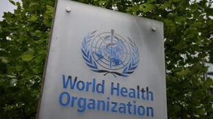 Un cartel de la Organización Mundial de la Salud (OMS) situado junto a su sede central, el 12 de mayo de 2020 en la ciudad suiza de Ginebra