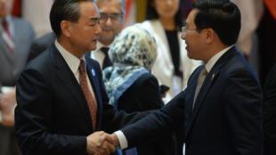 Ngoại trưởng Trung Vương Nghị Wang Yi (T) bắt tay đồng nhiệm Việt Nam Phạm Bình Minh bên lề cuộc gặp ASEAN-Trung Quốc, ở Viên Chăn, Lào, ngày 25/07/2016