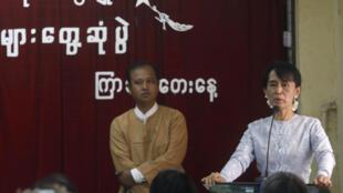 La célèbre opposante et prix Nobel de la paix Aung San Suu Kyi, devant les membres de son parti, le 9 février 2012.