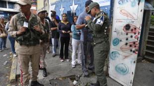 Eleitores fazem fila para votar em frente de local de votação em Caracas