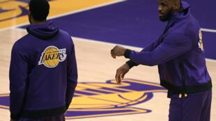 LOS ANGELES, CALIFORNIA - diciembre 28: LeBron James #23 junto a su compañero de equipo Antony David  #3 luego de un partido de la temporada regular 2020-2021 de la NBA