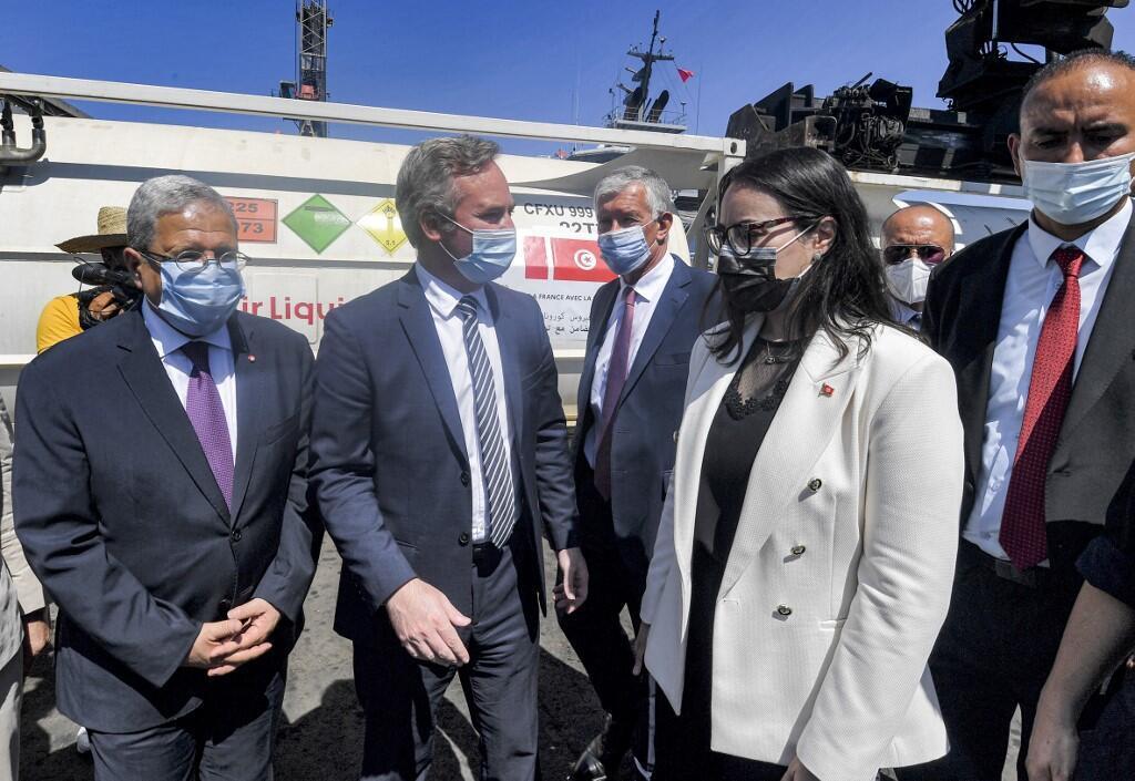 Image RFI Archive / Covid-19: l'aide française arrive en Tunisie. Ici, le secrétaire d'État en charge des ressortissants Jean-Baptiste Lemoyne à Tunis avec le ministre des Affaires étrangères tunisien Othman Jerandi (à gauche) et la cheffe du cabinet présidentiel, Nadia Akache, le 22 juillet 2021.