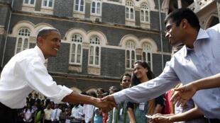 Le président américain Barack Obama salue les étudiants de l'université St Xavier à Bombay, le 7 novembre 2010.