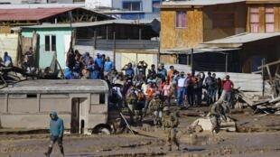 La population de la ville de Chanaral dans le nord du Chili est choquée par la violence des torrents de boue qui ont dévasté leur région, le 27 mars 2015.