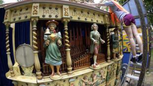 Les grandes orgues d'époque exposés pendant le tour de Presse de la  Fête Paradiso, au 1er festival du carnaval français d'époque à Governors Island à New York City, le 10 Juillet 2013.