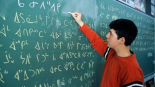 Pesquisas mostram que as pessoas mudam quando falam uma língua diferente da materna.